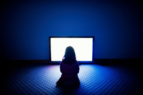 ketika cewek perempuan menonton film horor sendirian