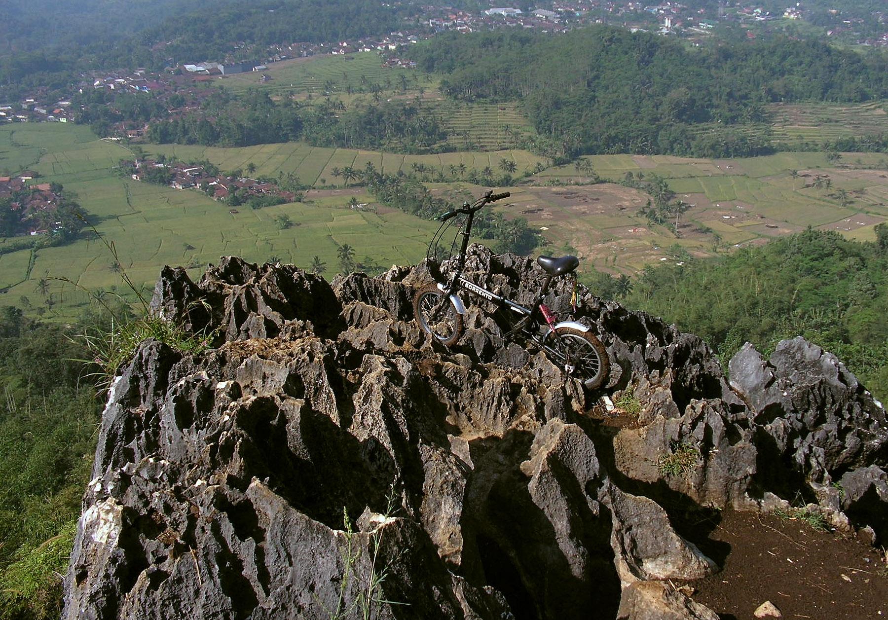 Gowes Blusukan ke Puncak Bukit Karang Para